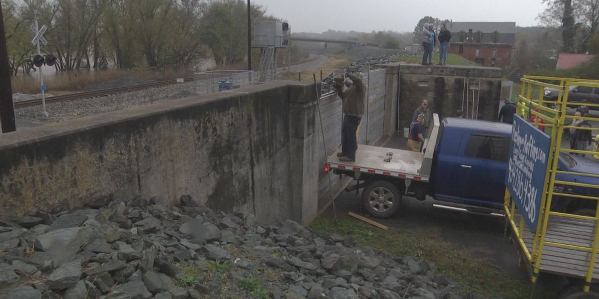 Scottsville puts up levy wall in response to heavy rains